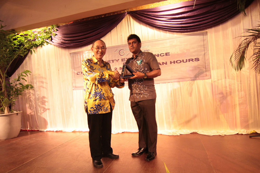 Giving out token of appreciation to Capt. Chin Kui Foh, Director State Department of Port & Harbour