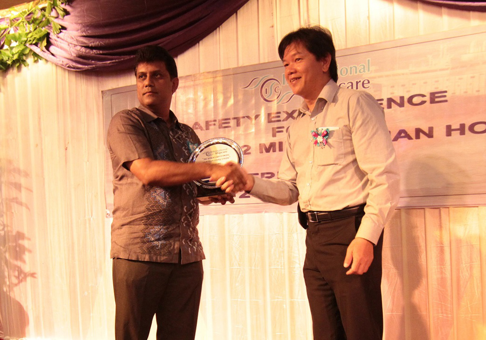 Giving out token of appreciation to HSSEQ Manager, Choo Weng Heng