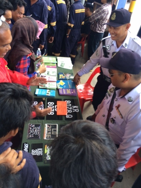 Workers are excited to ask questions to PDRM representative